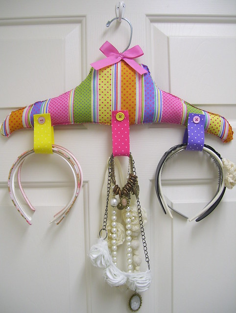 Colgador para diademas etc flickr photo sharing - Manualidades con perchas ...