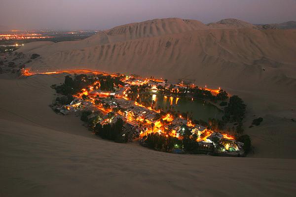 夕暮れ時のワカチナの村の風景