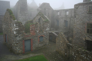 Attēls no  Charles Fort pie  Kinsale. mist overgrown ruins kinsale hazy vanishing barracks charlesfort