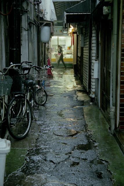 雨中の路地裏