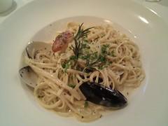 fettuccine(0.0), pici(0.0), carbonara(0.0), spaghetti alle vongole(1.0), bucatini(1.0), spaghetti(1.0), pasta(1.0), clam sauce(1.0), spaghetti aglio e olio(1.0), linguine(1.0), produce(1.0), food(1.0), dish(1.0), european food(1.0), chinese noodles(1.0), capellini(1.0), cuisine(1.0),