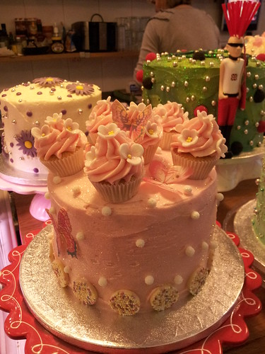 Cake With Cupcakes On Top : Cupcakes on top of a cake!