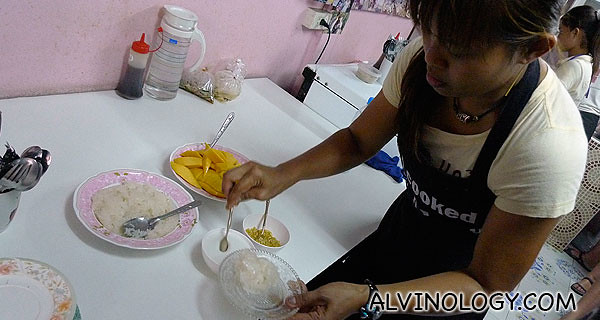 Poo preparing the last dish, Mango with Sticky Rice