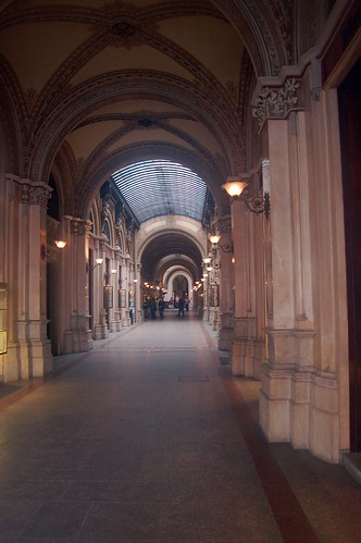 Das Gewölbe ist mit Glas überdacht.