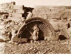 Tâfah (Taphis) - constructions a assises courbes - partie supérieure d'une niche sculptée, 1851-2, by Félix Teynard