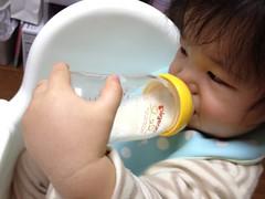 片手で哺乳瓶を持つよ^^ (2011/11/18)