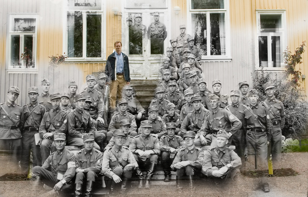 Huhtalan sukua portailla Tuusulassa 1934 ja 2007. / Huhtala men on the stairs in Tuusula, 1934 and 2007.