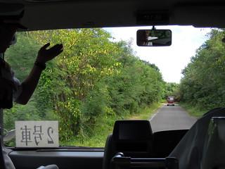 硫黄島は何気に南国ジャングル。案内してくれたのは西郷三等海佐です。