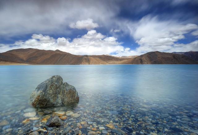 Pangong Tso o Lago Pangong, cordillera del Himalaya.
