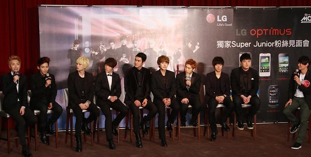 대만에서 열린 'LG 옵티머스 슈퍼주니어 팬미팅' 행사에서 슈퍼주니어 멤버 이특이 질문에 답변하고 있는 사진