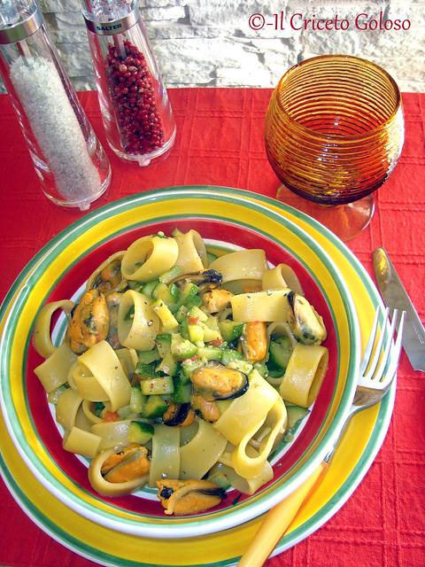 Calamarata con cozze e zucchine allo zafferano