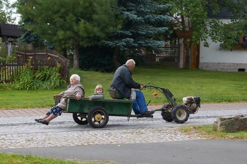 2011-06-24 (1) 15 Oma, Enkelchen und Opa mit Einachsschlepper unterwegs