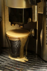 crema overflowing the espresso cup    MG 5944