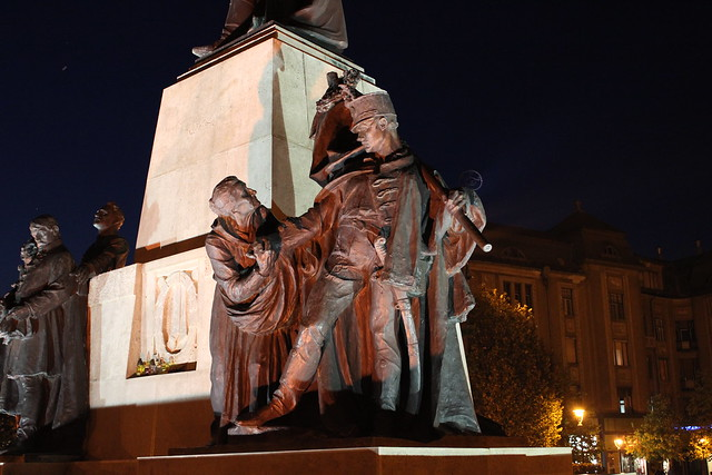Estatua en Kossuth tér de Debrecen