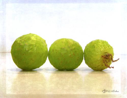 3 green spheres