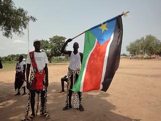 Fotografias de pessoas a celebrarem a independência do Sudao do Sul