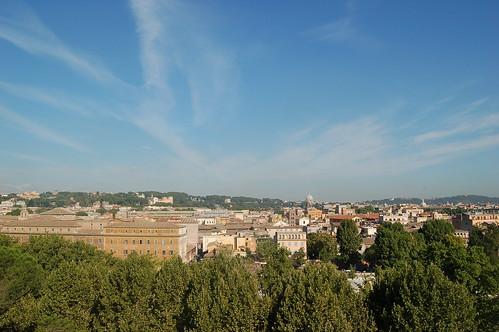 Der Petersdom in Rom, vorne ein grosses Gebäude und die Bäume vom Tiberufer