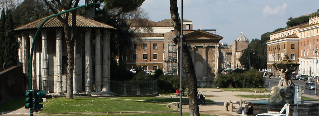 Le Forum Boarium, ou Marché aux bœufs, tout près du Tibre. C'est le plus ancien des forums de Rome, où l'on venait, comme son nom le laisse présager, faire le commerce d'animaux. Le temple circulaire à gauche est le Temple d'Hercule Victor.