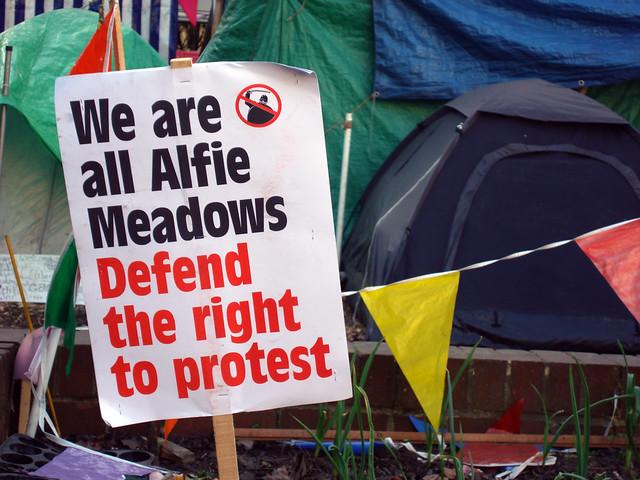 """Sulla bilancia della """"falsa giustizia"""" l'Italia non è sola: il caso di Alfie Meadows in Gran Bretagna"""