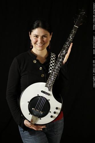 rachel got her electric banjo back    MG 0512