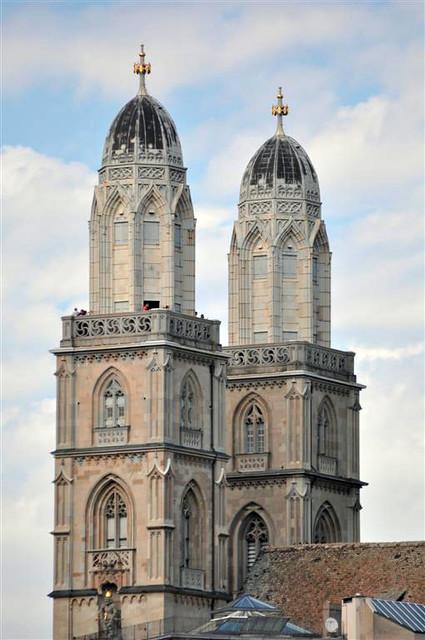 Torres de la iglesia Grossmünster zurich - 6332176955 a621b57156 z - Dos paseos por la ciudad suiza de Zürich