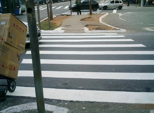 Foram colocadas as faixas de pedestres no Largo do Japonês