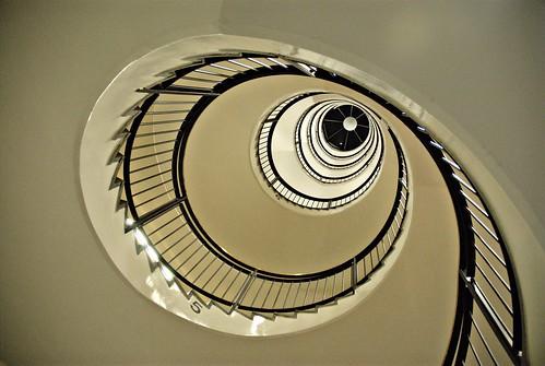 noir:spiraltrappa i vitt