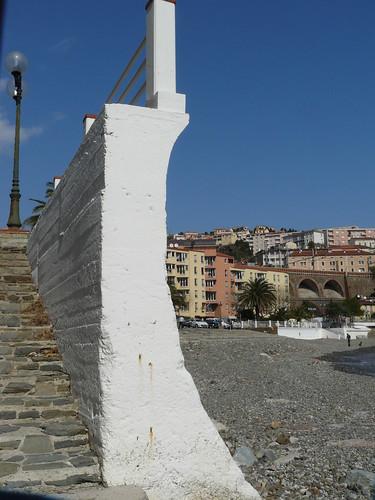Cerbère, entre plage et route, un des murs brise-vague