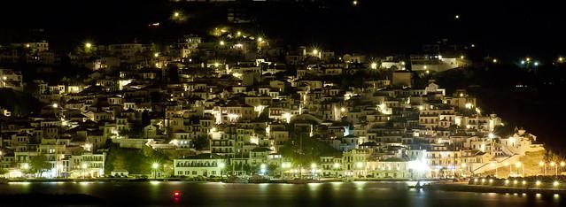 Skopelos village at night por Virgilios Tsioulli