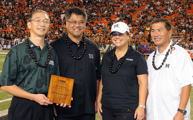 <p>University of Hawaii Alumni Association's Douglas Inouye, far left, and Alvin Katahara, far right, presented the award to Chevron Hawai'i's Albert Chee, Jr., middle left, and Carina Tagupa.</p>