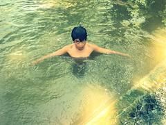 un nene valchetaneaense juega en el arroyo