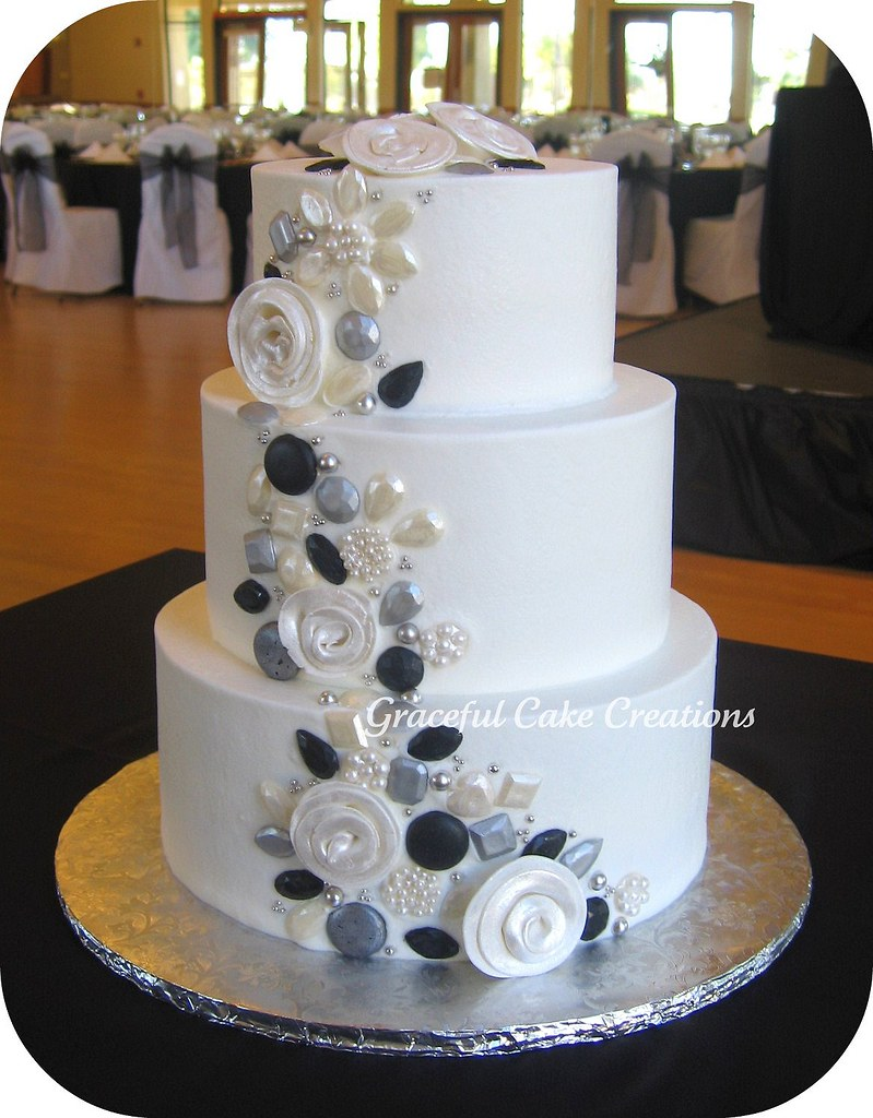 pictures of black and silver wedding cakes white wedding cake with silver black and pearl jewels 18390