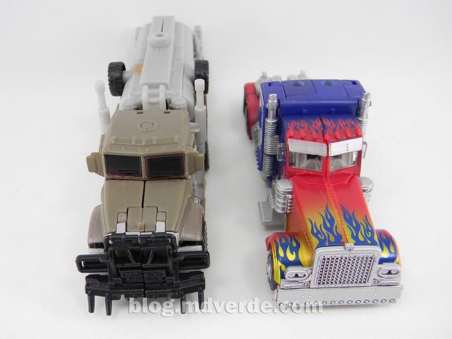 Transformers Optimus Prime DotM Deluxe - modo alterno vs Megatron Voyager