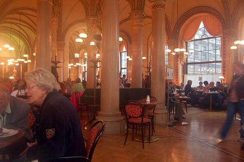 Das Cafe Central mit Säulen, Bögen und herabhängenden Leuchtern erinnert an die orientalischen Wurzeln der Kaffeehauskultur
