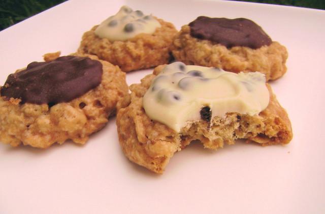 Cookies de aveia com chocolate branco e ao leite