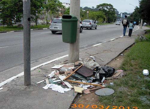 Lixeiras instaladas na Inajar de Souza