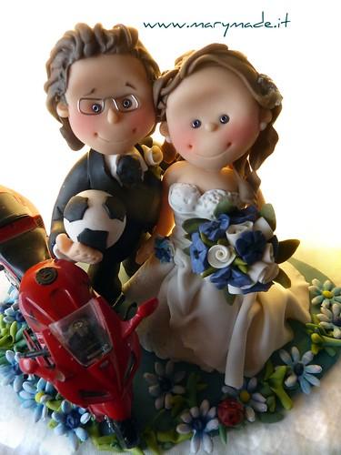 Cake Topper degli sposi con moto e lui che regge il pallone da calcio