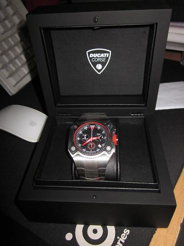 Tay nhỏ có đeo được đồng hồ Ducati Corse