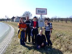 A bővített család Bögöt táblájánál