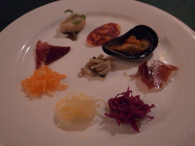 <p>b)冷たい前菜、イベリコ豚の各部位で味が違うのがよくわかる!私も娘もモモが好き!</p>