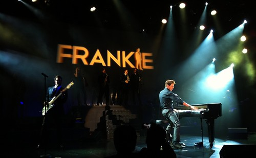 See @FrankieMoreno jam on the piano & his bro Tony on guitar. Cool lighting & clear sound @LVStratosphere