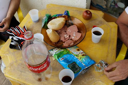 Almoço do dia: Pão com Mortadela, elma chips e coca-cola! :-)