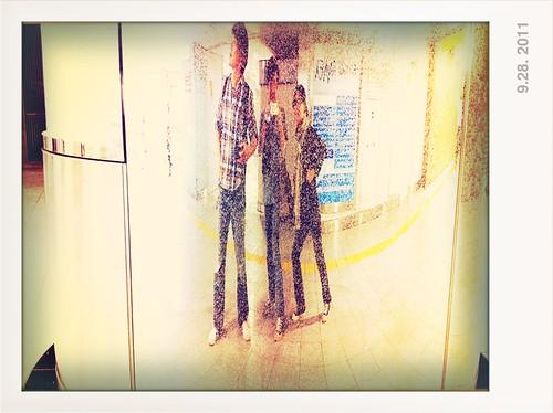 金屬圓柱前的莫名其妙自拍合照 @ 新宿駅