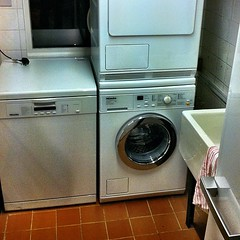 kitchen stove(0.0), room(1.0), laundry room(1.0), clothes dryer(1.0), major appliance(1.0), washing machine(1.0), laundry(1.0),