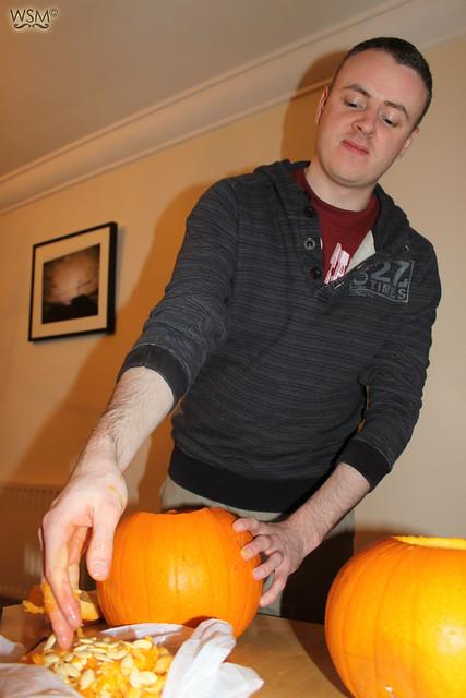 Empty the pumpkin (gross part) - Pumpkin making - Halloween 11