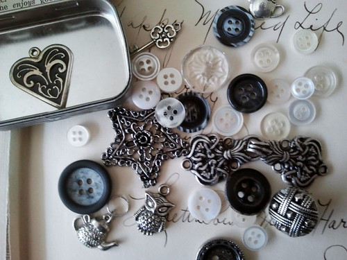 Trinkets Tin with Charms and Buttons 2