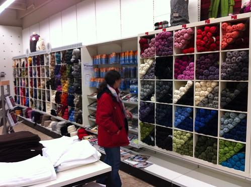 sprite peruses Selfoss supermarket yarn