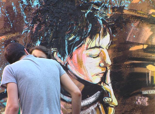 Un couple devant un oeuvre dans le quartier de San Lorenzo à Rome