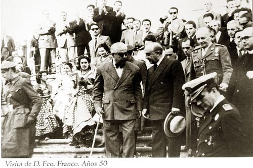 Franco con el alcalde Cristóbal Muñoz Rodríguez en las escalinatas de la Parroquia de la Asunción. 5 de junio de 1951