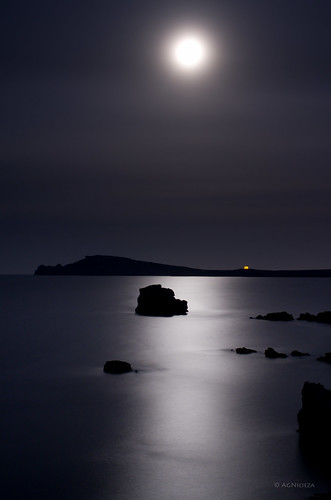 Moon and sea, infinite calm by Ahio